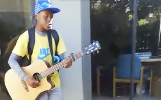 Hierdie jongman is darem bitter talentvol!